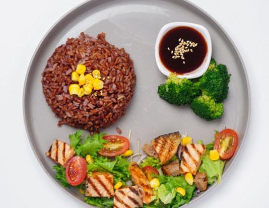 Cá hồi, gạo lứt, salad rau xanh