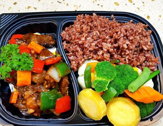 Cơm gạo lứt chiên với thịt gà, trứng, bông cải xanh