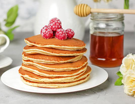 Bánh pancake với xốt, mứt trái cây ít đường