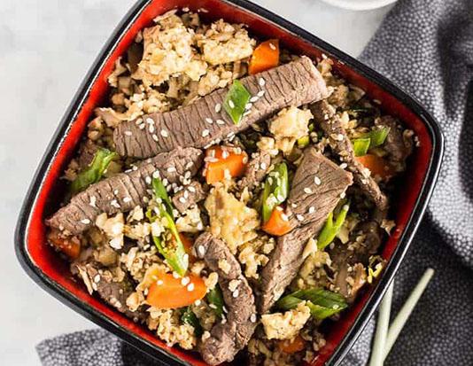 Thịt bò thái hạt lựu với cơm, đậu đen, ớt chuông, phô mai và xốt cà chua