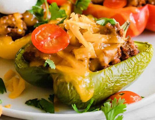 Thịt gà nghiền với trứng, ngô, ớt chuông, phô mai và xốt cà chua