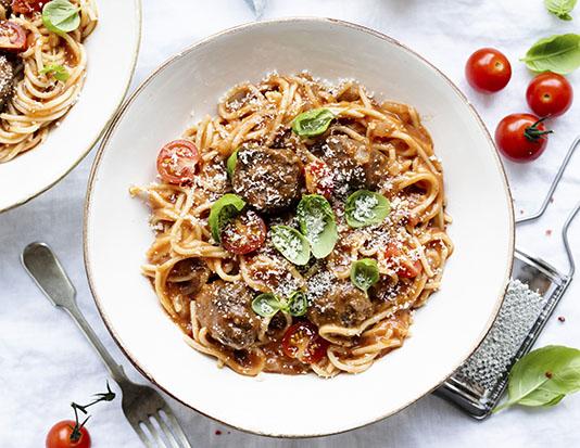 Thịt gà viên, xốt cà chua và phô mai parmesan ăn với mì ống