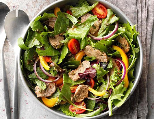 Thịt lợn thăn, măng tây, salad, khoai tây