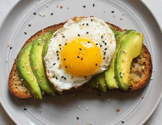 Trứng ốp la, bánh mì nướng, quả bơ