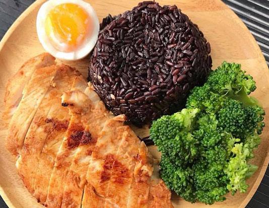 Ức gà, gạo lứt và nấm