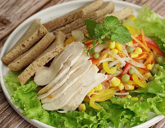 Ức gà salad rau trộn bánh mì