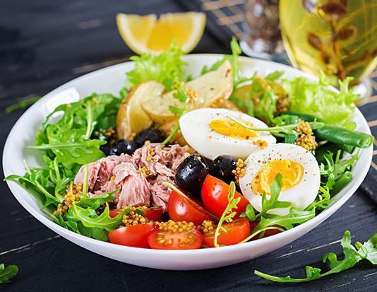 Salad rau củ kèm trứng luộc